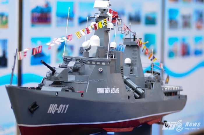 Mô hình tàu hộ vệ tên lửa Đinh Tiên Hoàng
