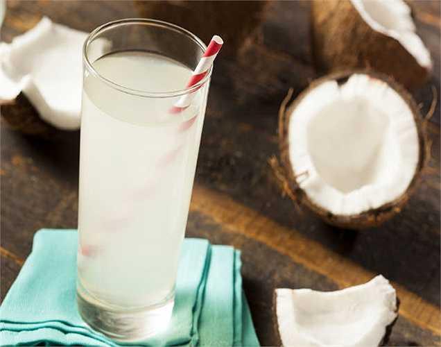 Nạp năng lượng cho cơ thể: sau khi bạn tập thể thao, bạn nên uống thức uống năng lượng như nước dừa