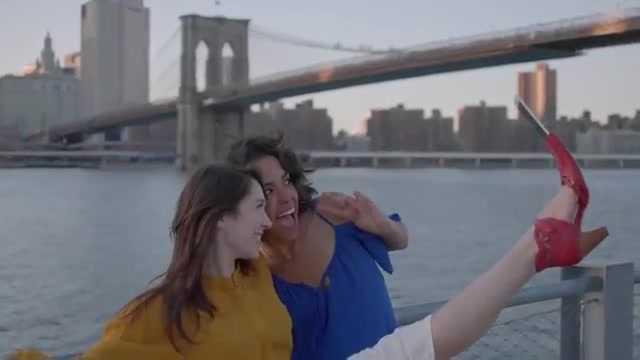 Hình ảnh giày hỗ trợ chụp ảnh selfie