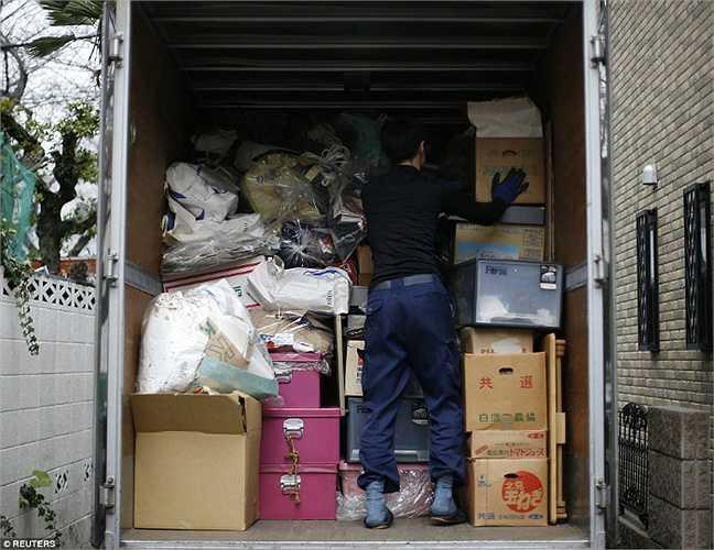 Toàn bộ rác thải được chuyển lên xe tải để chở đi.