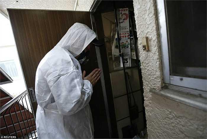 Hirotsugu Masuda, 1 nhân viên dọn rác đang cầu nguyện trước khi bước vào căn hộ.