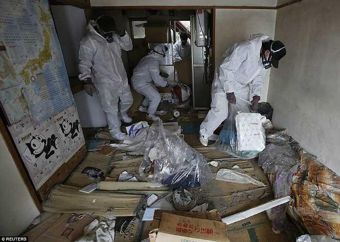 Trước đó cảnh sát đã mang thi thể đi nhưng dịch thể đã ngấm xuống sàn nhà, khắp căn hộ bốc mùi hôi thối.