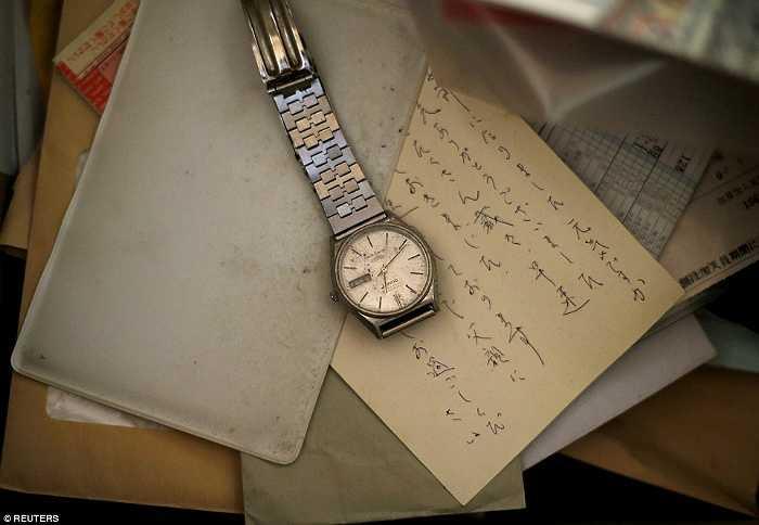 Đồng hồ và thư của ông cụ bị bỏ lại trong căn hộ.