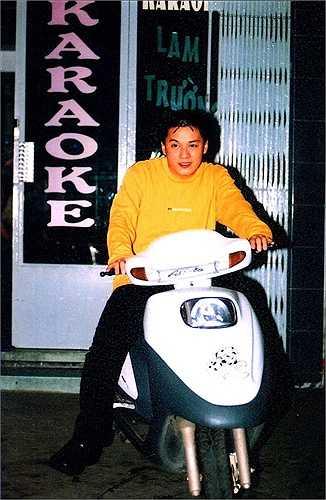 Trên trang cá nhân, nhiều nghệ sĩ Việt, đặc biệt là các ngôi sao ca nhạc thường được các fan đăng tải những hình ảnh xưa cũ khi mới đi hát hoặc chưa nổi tiếng. Lam Trường thời đó thoải mái chạy xe máy vi vu ngoài đường vì chưa có nhiều người nhận ra anh. 'Anh Hai' trông khá tròn trịa.