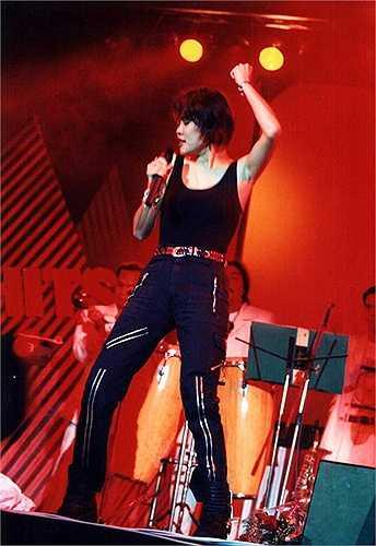 Cuối thập niên 90, Thu Phương là một trong số hiếm hoi nữ ca sĩ có cá tính mạnh. Chị thường mặc áo ba lỗ và quần bó lên sân khấu.
