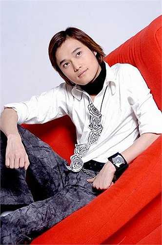 Quang Vinh được mệnh danh là 'Hoàng tử Sơn Ca'', lúc nào cũng chỉn chu với hình ảnh thư sinh. Những năm 2000 anh rất hot, liên tục được mời đóng quảng cáo và chụp ảnh thời trang. Gần đây, Quang Vinh đã lặng lẽ giải nghệ.