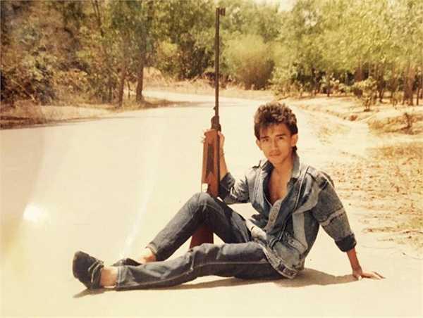 Ca sĩ Minh Thuận chia sẻ bức ảnh anh chụp cách đây 30 năm, khi còn là chàng trai tuổi teen và chưa đi hát, cũng chưa để mái tóc dài đặc trưng.