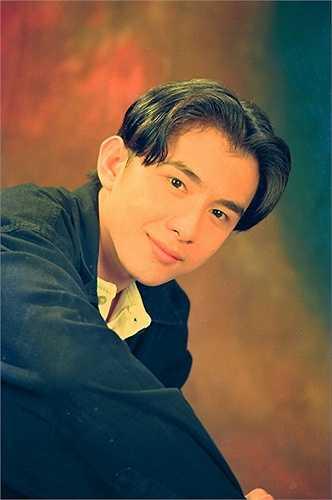 Đan Trường những năm 1998-1999 khi đã bắt đầu được chú ý với ca khúc 'Kiếp ve sầu'. Tóc bổ ngôi giữa của 'anh Bo' một thời được xem là mốt.