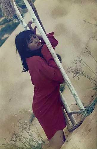 Chị gái Phương Thanh chia sẻ hình ảnh nữ ca sĩ chụp khi đang quay video ca nhạc vào khoảng năm 1995, khi mới 22 tuổi. Thời chưa nổi tiếng, 'chị Chanh' khá nữ tính và rất siêng quay video.