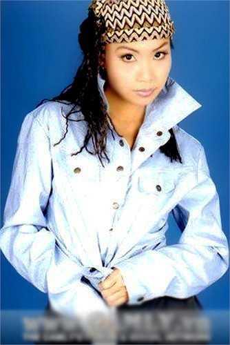 Cẩm Ly chụp ảnh cho album 'Tình cuối mùa đông' vào năm 2000. Khi đó 'chị Tư' chuộng mốt tóc xoăn.