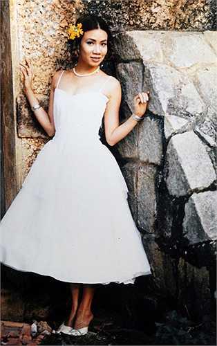 Hồ Quỳnh Hương khi còn theo học Cao đẳng Nghệ thuật quân đội ở Hà Nội vào khoảng năm 2002. Khi đó nữ ca sĩ trông rụt rè, ngây thơ.