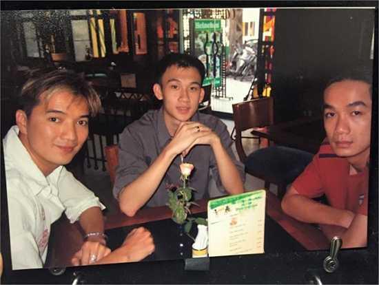 Đàm Vĩnh Hưng đăng tải tấm ảnh cũ chụp anh và Dương Triệu Vũ cùng người trợ lý cách đây hơn 10 năm. Khi đó Dương Triệu Vũ mới 20 tuổi nên trông rất non nớt.