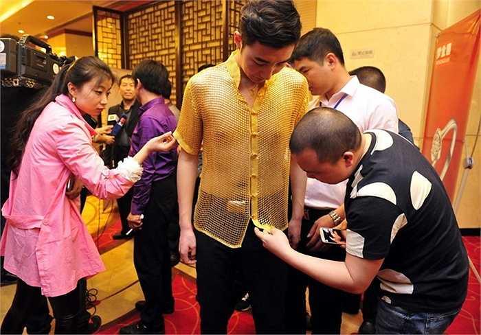 Chiếc áo làm bằng vàng lấp lánh, do 30 người thợ làm thủ công trị giá hàng trăm triệu nhân dân tệ