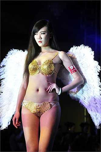 Bộ bikini bằng vàng nặng trên 2kg lấp lánh trên cơ thể duyên dáng của người mẫu