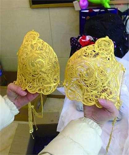Hồi đầu năm nay, một cửa hàng vàng ở Trung Quốc đã mời người mẫu diện bộ bikini bằng vàng nặng 3kg để hút khách