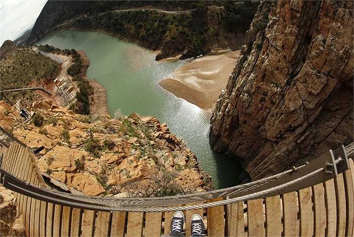 Caminito del Rey nằm ở độ cao 100m so với mực nước biển và từ đây, mọi người có thể chiêm ngưỡng vẻ đẹp tự nhiên của Tây Ban Nha