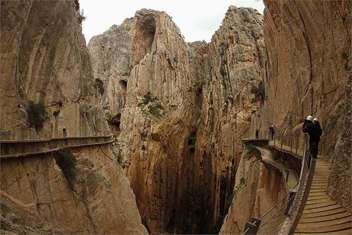 Hiện nay, Chính phủ Tây Ban Nha đã cố gắng sửa chữa và nâng cấp con đường để mở cửa trở lại