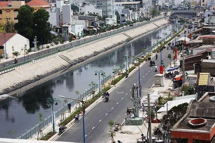 Đây là con kênh chảy qua 4 quận Tân Bình, Tân Phú, 11 và quận 6, từng là một trong những dòng kênh ô nhiễm nặng nề nhất nằm ở phía Tây TP.HCM.