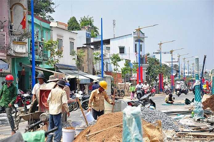 Công nhân đang nỗ lực làm việc chuẩn bị ngày khánh thành dự án.