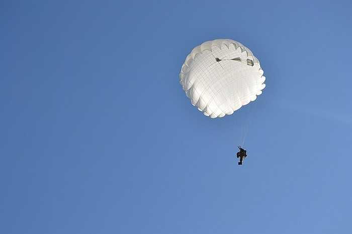 Bung dù từ trực thăng đòi hỏi kỹ năng thành thục, bởi thời gian tiếp đất cực ngắn và cánh quạt máy bay có thể nguy hiểm cho người nhảy.