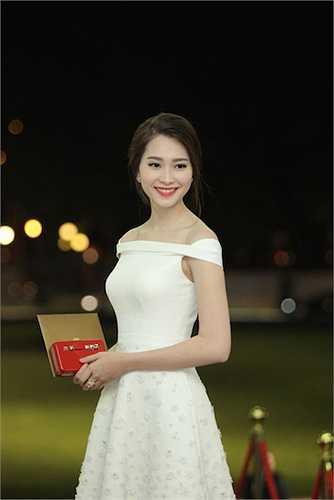 Cô có vẻ đẹp trong sáng, thuần khiết với nước da trắng ngần và gương mặt dịu dàng.