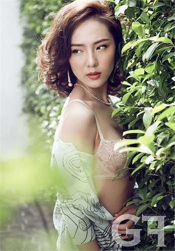 Khuôn mặt trái xoan hoàn mỹ khiến cô dễ đẹp dù để kiểu tóc cá tính hay nhẹ nhàng.