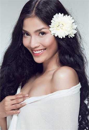 Á hậu Trương Thị May là một 'bông hoa lạ' của showbiz Việt.