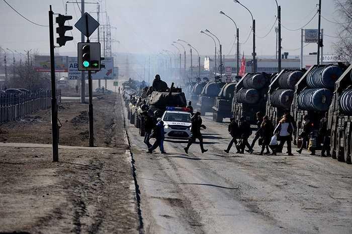 Người dân đi ngang qua đường nơi các thiết bị đang di chuyển