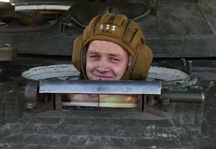 Binh sĩ ngồi trong xe thiết giáp