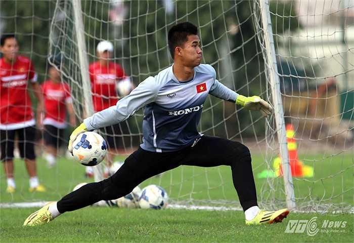 Thủ thành Văn Tiến: Lỡ hẹn vòng loại U23 châu Á vì bệnh thủy đậu. Văn Tiến được kỳ vọng là thủ thành số 1 ở U23 Việt Nam.