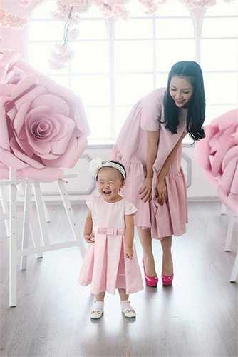 Nhân dịp sinh nhật con gái, Linh Nga đã thực hiện bộ ảnh sinh nhật hoành tráng. Con gái cô tên thật là Nguyễn Khánh Linh Linh, có tên thường gọi ở nhà là Luna.