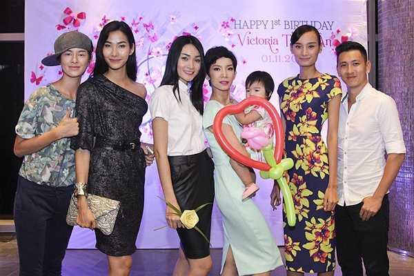 Lê Thúy là một trong những chân dài được Xuân Lan nâng đỡ và quý mến. Tối qua, Hoàng Thùy và nhiều người mẫu của Next Top khác cũng đến dự tiệc.