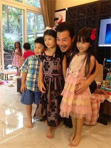Anh vui vẻ chụp ảnh chung cùng bạn bè của Bảo Tiên.
