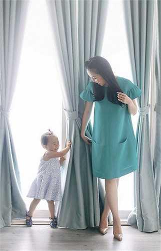Từ khi có con, Linh Nga ít đi diễn hơn. Cô dành nhiều thời gian chăm sóc con, chỉ thỉnh thoảng đi dự sự kiện.