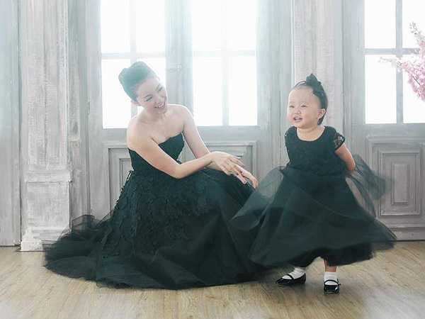 Nữ nghệ sĩ hạnh phúc ngắm nhìn con gái yêu ngày càng lớn và đáng yêu trong bộ ảnh chung.