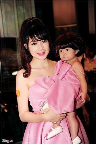 Để chuẩn bị cho bữa tiệc thôi nôi của Cherry, cựu hot girl Sài thành - Minh Hà - đã nhờ bạn bè chuẩn bị những bộ đồ ton-sur-ton cho cả gia đình. Đồng phục của cả nhà là tông màu hồng trẻ trung.