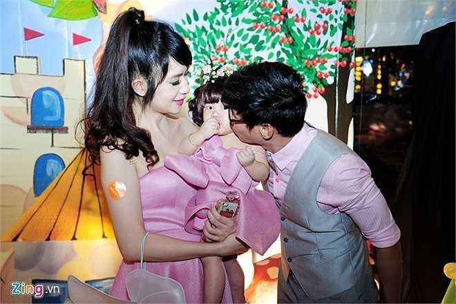 Gần đây, giọng ca Trọn đời bên em không nhận nhiều show diễn để dành thời gian cùng bà xã Minh Hà chuẩn bị tiệc mừng sinh nhật 1 tuổi cho con gái cưng.