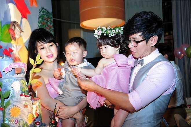Lý Hải - Minh Hà dự định để Cherry tự cầm dao nhựa cắt bánh gato mừng sinh nhật nhưng anh hai Rio lại... đòi thay em thực hiện nghi thức này.