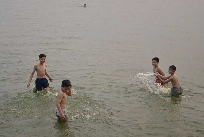 Ngoài trời nhiệt độ có lúc lên tới 35-36 độ C, khiến con người cảm thấy khó chịu và tìm mọi cách tránh nắng. Vì thế nhiều người bất chấp nguy hiểm ra Hồ Tây để tắm.