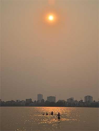 Thời điểm đông nhất là vào buổi chiều, khi mặt trời sắp lặn khoảng 17h người dân lại đổ dồn ra đây.