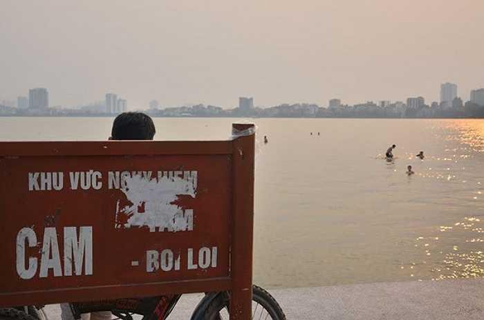 Tại khu vực này cũng được gắn biển cấm bơi lội để cảnh báo người dân khu vực nguy hiểm có thể xảy ra chết đuối đặc biệt là các em nhỏ chưa biết bơi.
