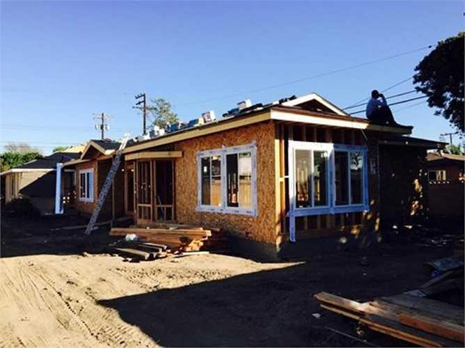 Chọn chất liệu gỗ để dựng nhà hợp phong thủy, tuổi và mệnh của mình trên đất Mỹ, Bằng Kiều chịu chi cả triệu đô để hoàn thiện căn biệt thự sang trọng này.