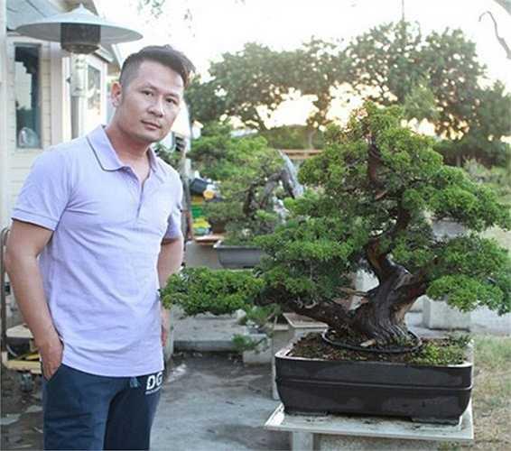Bằng Kiều chụp ảnh bên một chậu bonsai mình yêu thích.