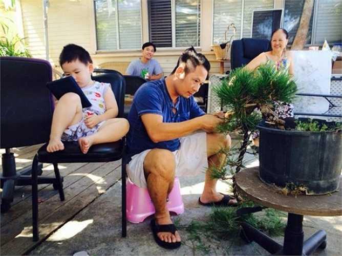 Nam ca sỹ dành nhiều thời gian chăm chút, cắt tỉa cho từng dáng cây trong vườn.