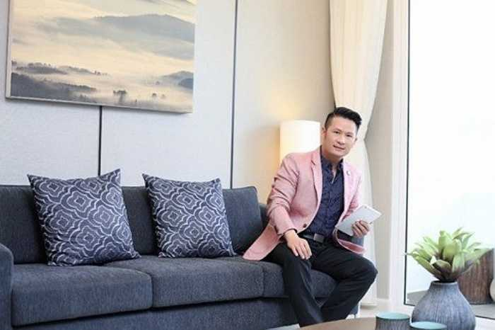 Ngoài căn biệt thự gỗ đắt tiền ở Mỹ, để tiện cho công việc, nam ca sỹ 'Trái tim bên lề' đã mua một căn hộ cao cấp tại TP HCM.