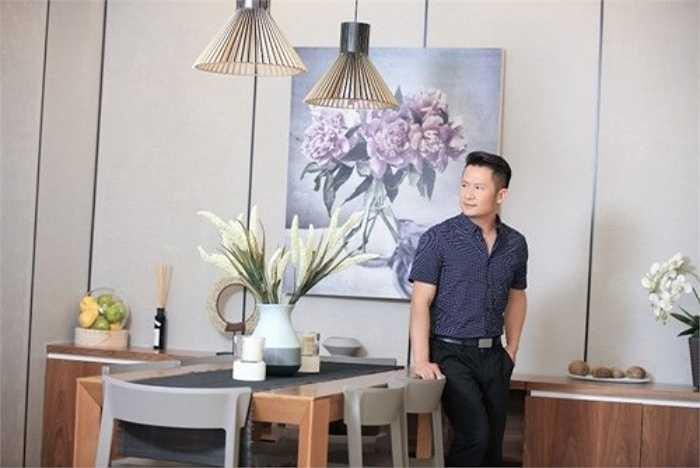 Không gian căn hộ chọn tông màu nhẹ nhàng, với nội thất bằng gỗ hiện đại theo sở thích của chủ nhân.