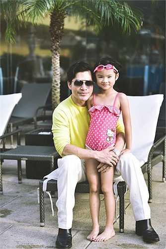Từ khi mới lọt lòng, Bảo Tiên đã được mọi người gọi là 'phiên bản' của Trần Bảo Sơn. Không chỉ có đôi mắt, chiếc mũi và nụ cười mỉm y chang, cô bé cũng thích làm điệu và chăm chút về ngoại hình như ông bố nổi tiếng.