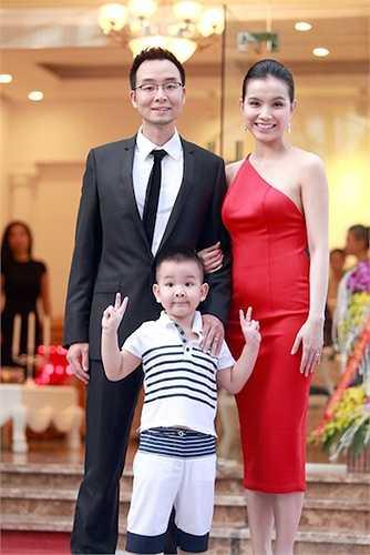 Hoa hậu Thùy Lâm vẫn bị mọi người trêu là 'đẻ thuê' cho nhà chồng bởi cả hai con đều 'sao chép' các nét của bố. Bé Su, con trai đầu lòng của vợ chồng Hoa hậu Hoàn vũ Việt Nam 2008 không có nhiều vẻ của mẹ.