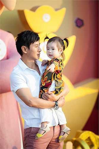 Trong số 3 nhóc tỳ của gia đình Lý Hải - Minh Hà, Cherry có nhiều nét của bố nhất. Cô bé hiếu động như anh trai Rio và thích làm biểu cảm đáng yêu mỗi lần đứng trước ống kính.
