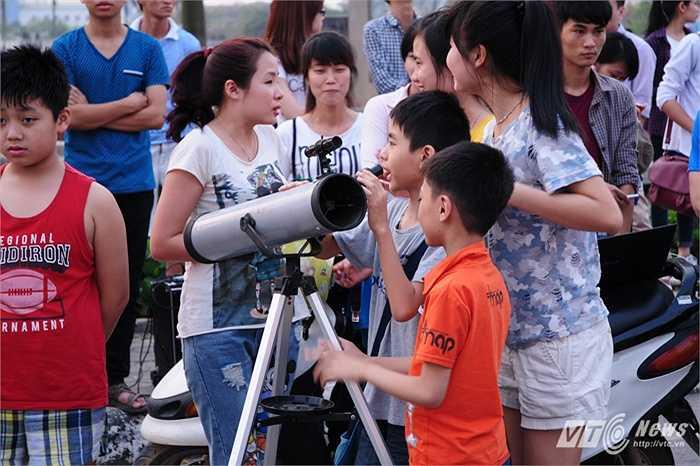 Tụ tập quanh kính thiên văn